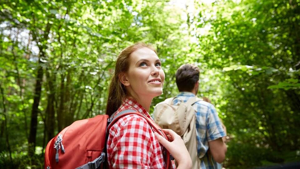 Un couple fait une randonnée en forêt