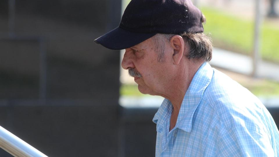 Randy Van Horlick se rendant au palais de justice de Moncton.