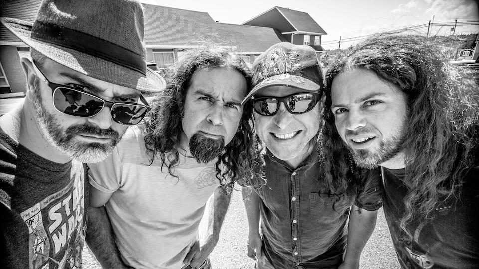 La photo officielle d'un groupe de musique.