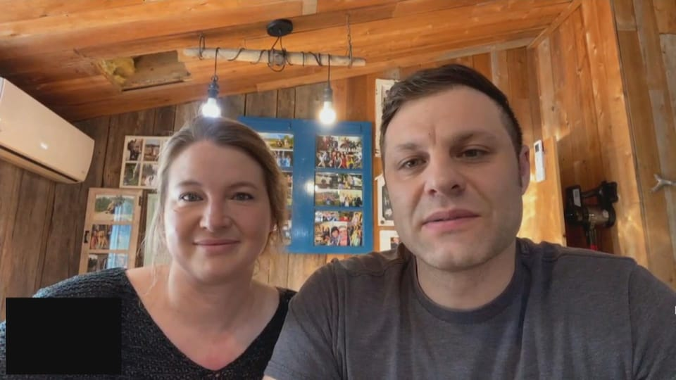Deux personnes en entrevue par vidéoconférence.