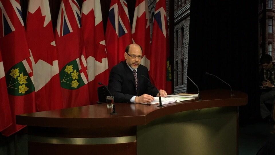 Dans son rapport rendu public jeudi, Howard Sapers propose des suggestions pour réduire de façon sécuritaire le recours à cette pratique controversée dont l'usage est selon lui en hausse en Ontario.