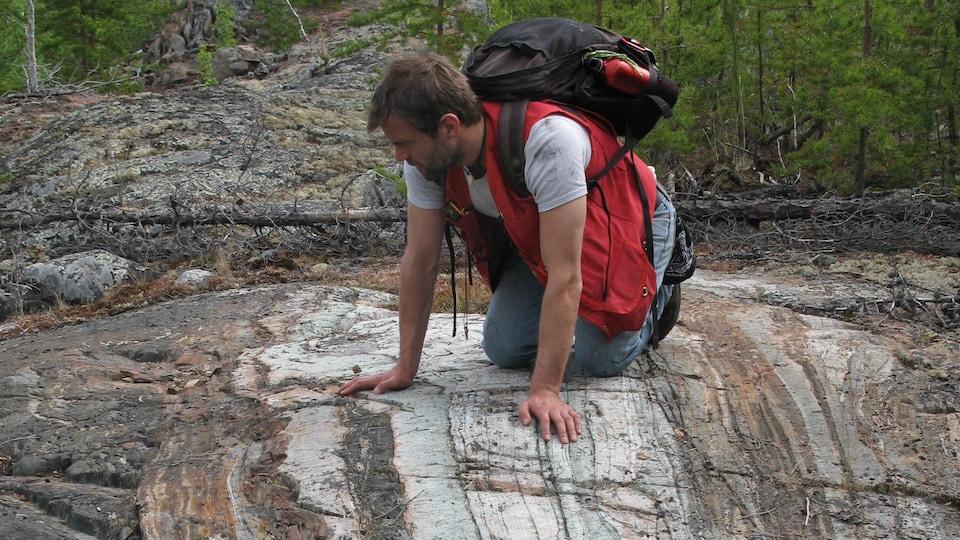 Rasmus Haugaard observe une roche aux T.N.-O.