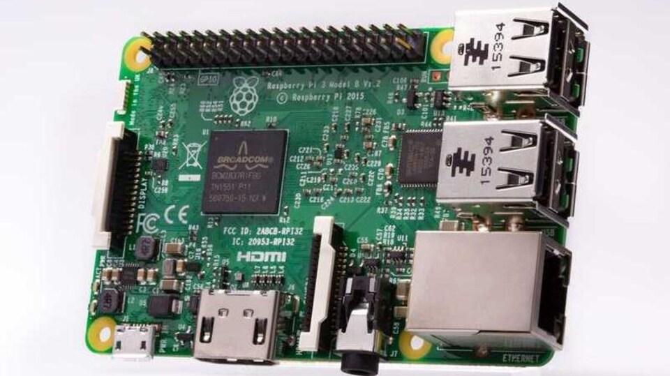 Une photo d'un ordinateur Raspberry Pi 3, une carte de circuits imprimés sur laquelle sont directement soudés les composantes nécessaires à son fonctionnement.