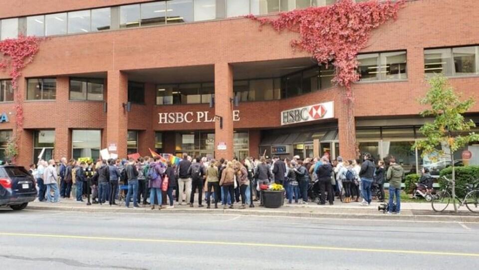 Un rassemblement de personnes devant un édifice