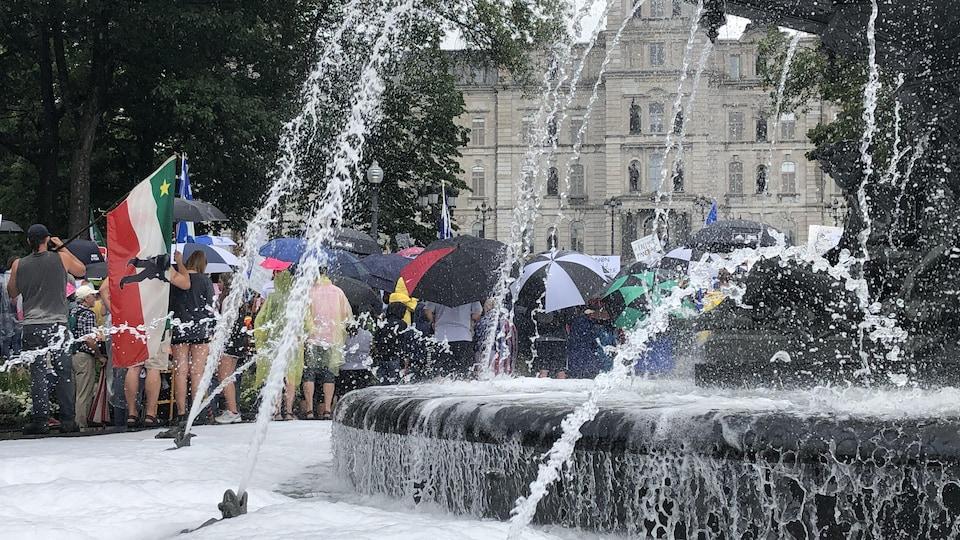 La fontaine de Tourny s'est rapidement retrouvée sous la mousse, à Québec.