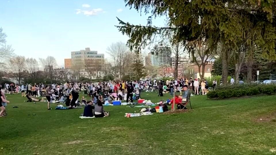 Une foule rassemblée au parc.
