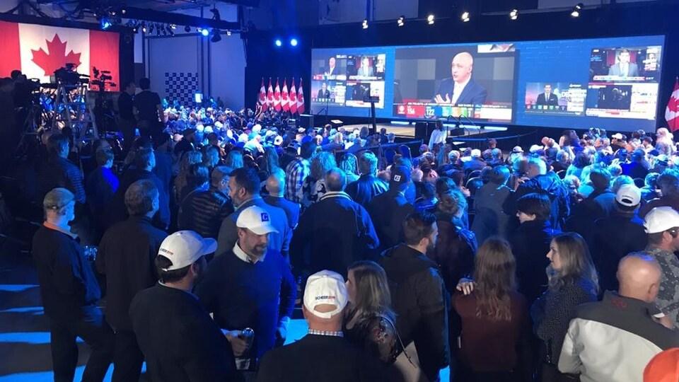 Des gens réunis dans une salle.