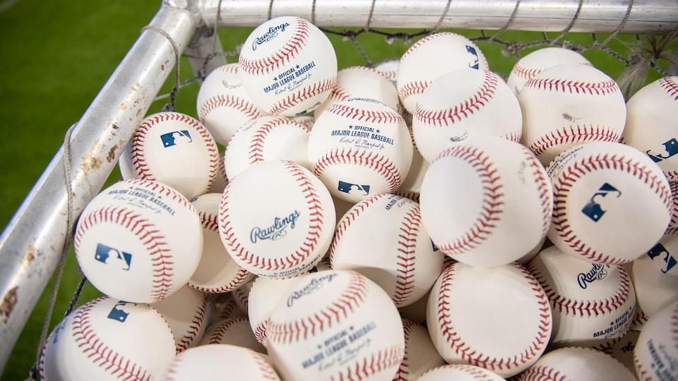 Des balles de baseball