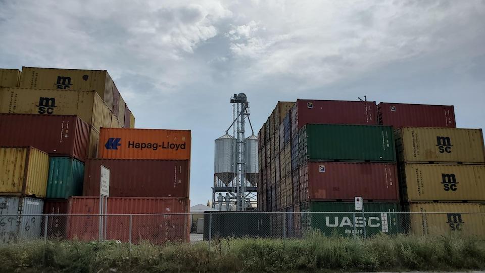 Ray-Mont Logistiques prévoit entreposer des conteneurs sur huit niveaux.