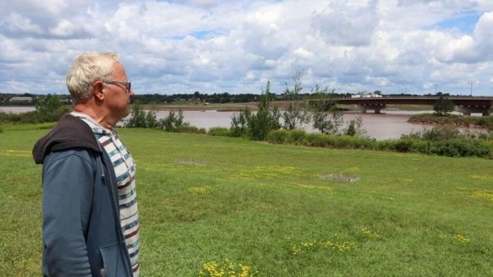 Ray Mullen, citoyen de Riverview, regarde l'autre côté de la rive.