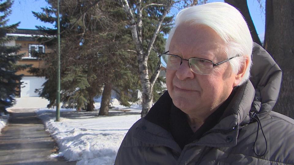 Le politicologue Raymond Hébert parle à la caméra.