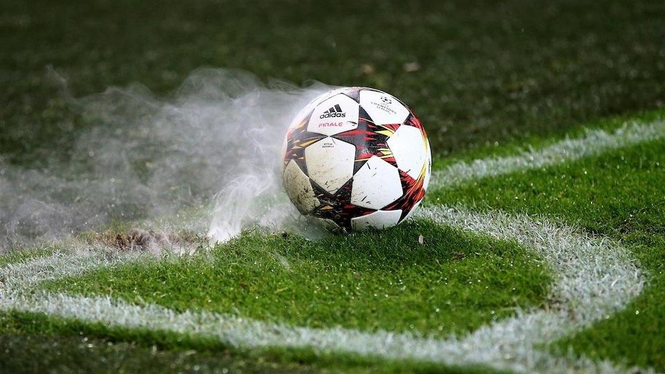 Un ballon de soccer placé pour un coup de pied de coin