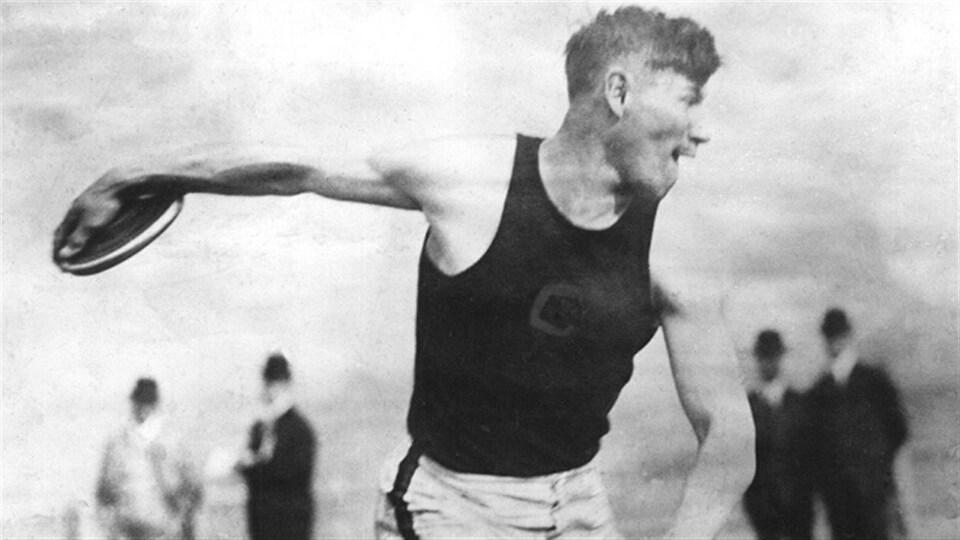 Jim Thorpe a remporté la médaille d'or du pentathlon et du décathlon aux Jeux olympiques d'été de 1912 à Stockholm en Suède.