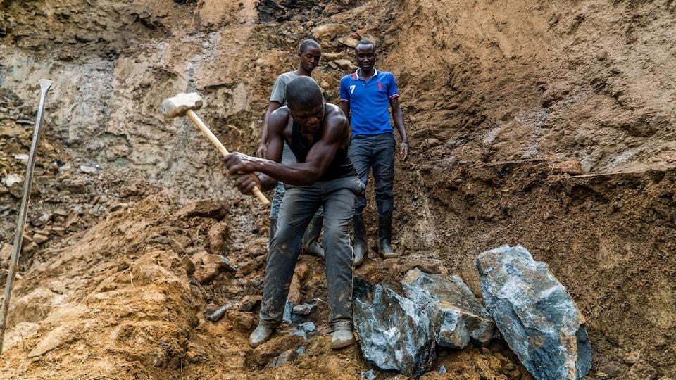 Des hommes frappent la roche à coups de masse.