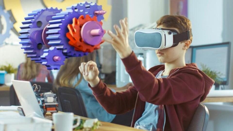 Un homme porte un casque de réalité virtuelle et interagit avec des engrenages virtuels devant lui.