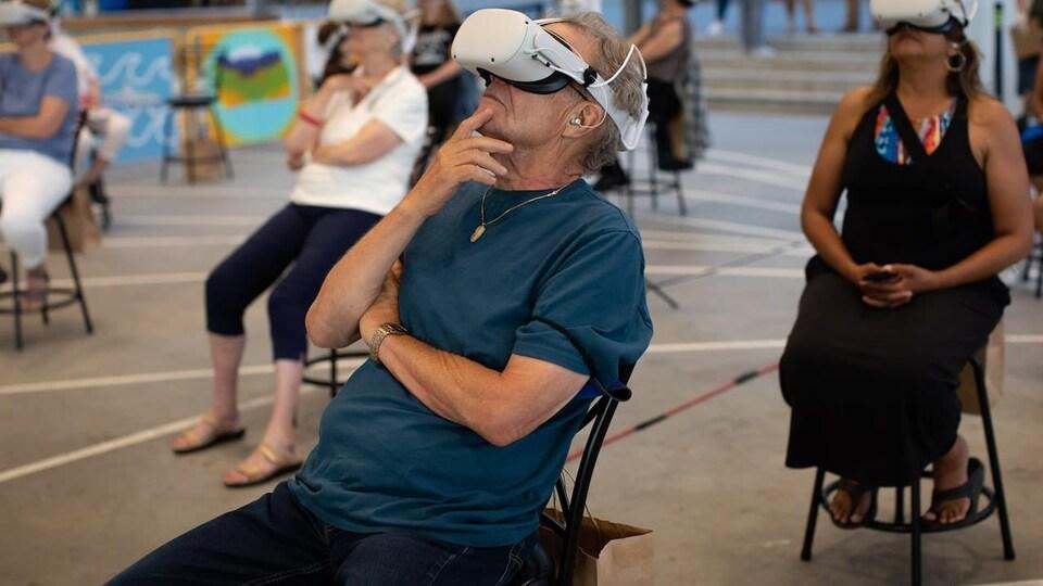Des gens portent un casque de réalité virtuelle.