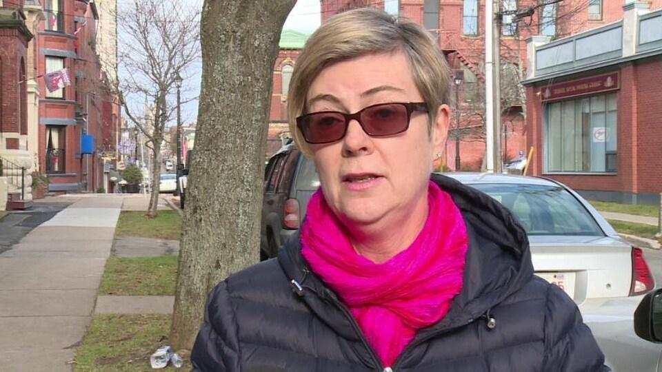 Donna Reardon en entrevue dans la rue
