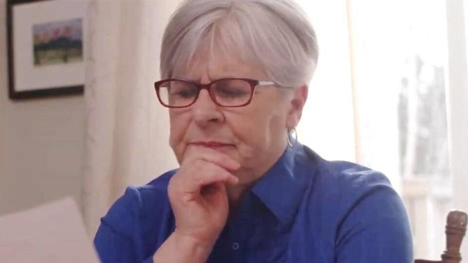 Dans une capsule d'information, une actrice prend une pose qui démontre qu'elle réfléchit avec intensité.