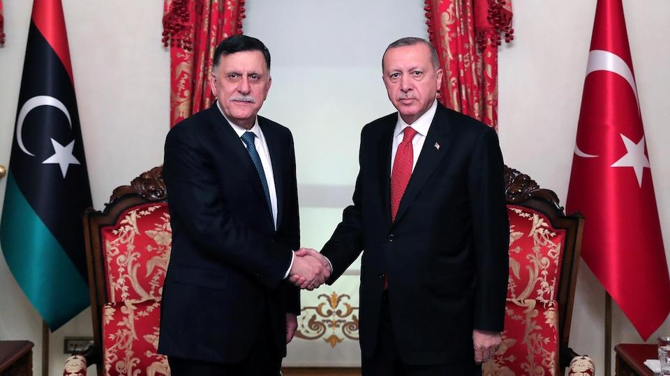 Le premier ministre libyen serre la main du président turc, Recep Tayyip Erdogan.