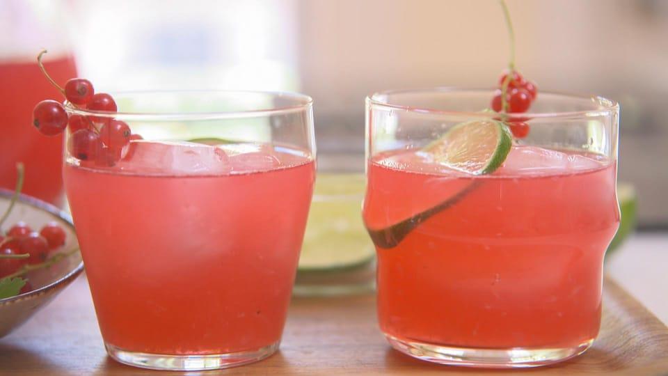Deux verres de limonade à la lime et aux gadelles.