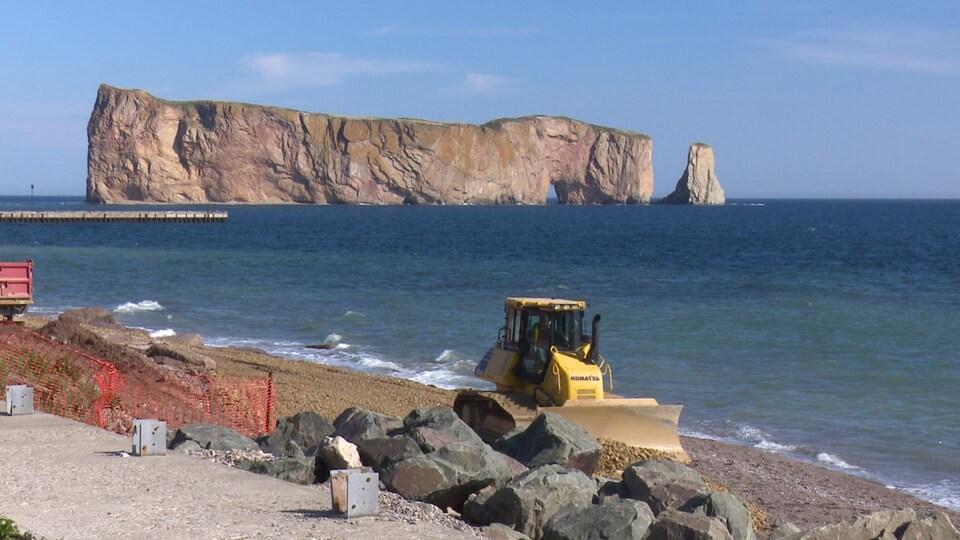 La recharge de la plage va bon train à Percé