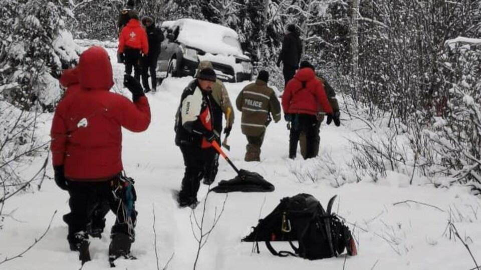 Des policiers et autres secouristes cherche un homme porté disparu en forêt.