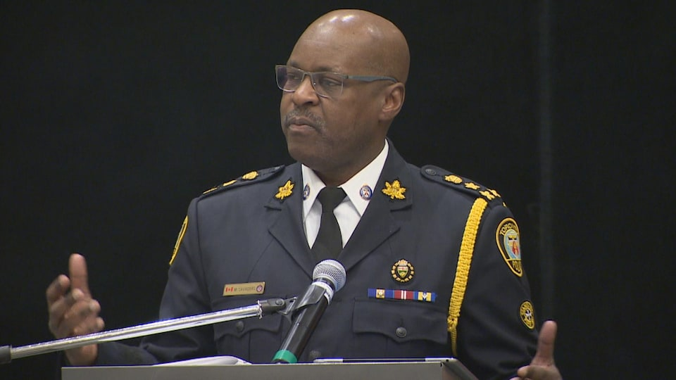 On voit le chef de la police de Toronto, Mark Saunders.