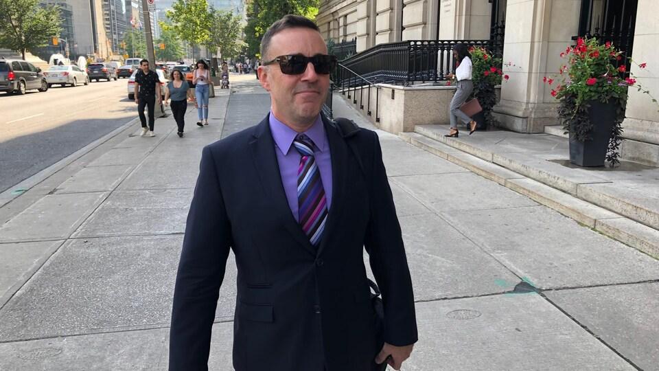 On voit François Lukawecki sortir de la Cour supérieure de l'Ontario.