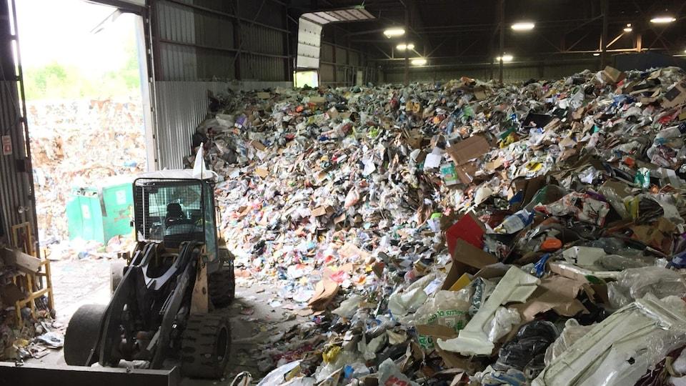 Les matières recyclables s'accumulent sans cesse au centre de tri de Sherbrooke.