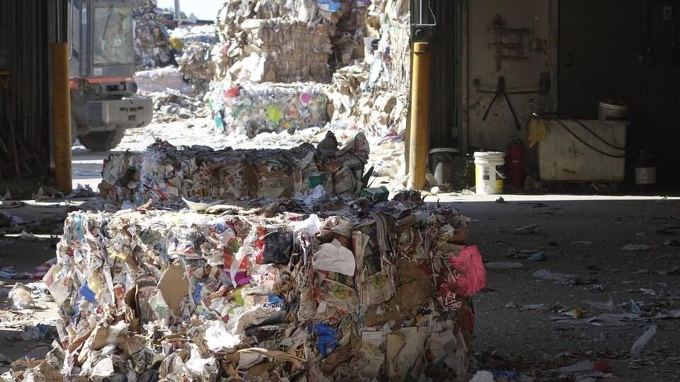 Un ballot de matières recyclables au Centre de tri de Mont-Joli.