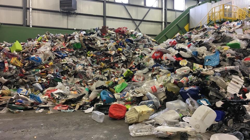 Une pile de déchets dans un centre de tri.