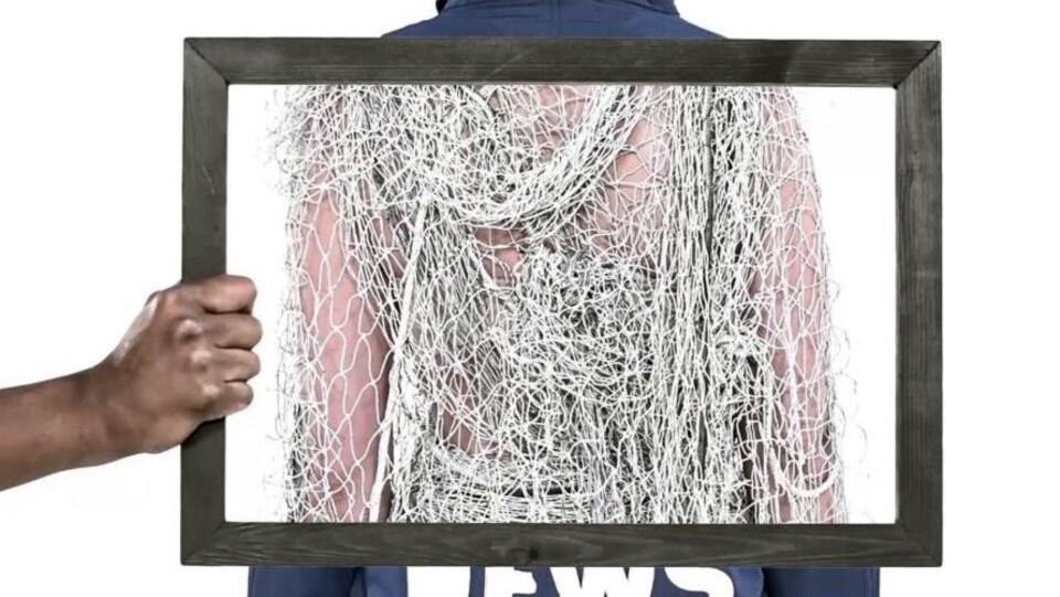 Un filet de pêche sur des vêtements évoque le recyclage de l'enseigne Ecoalf, qui utilise des déchets de plastique recyclés pour confectionner ses vêtements.