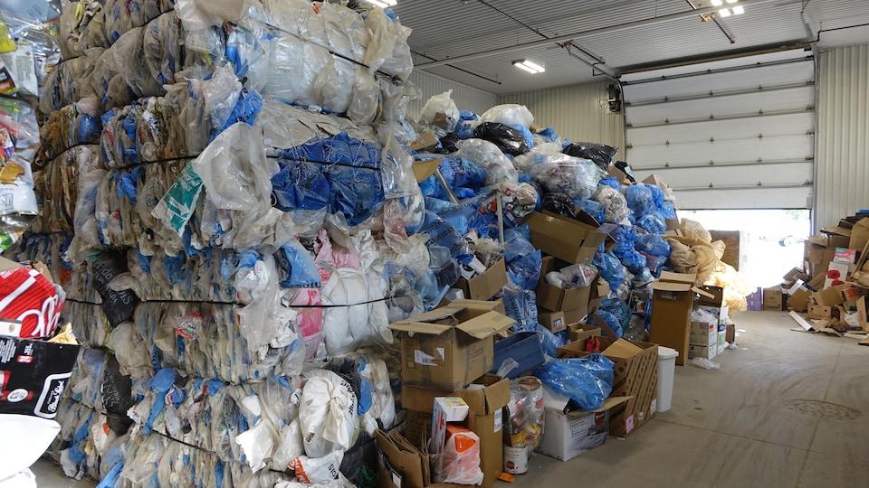 Des ballots de sacs de plastique compressés.