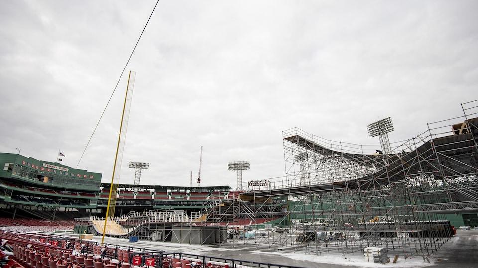 La piste de patin de descente extrême en construction au Fenway Park de Boston
