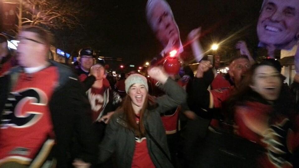 La célébration de la foule vêtue de chandails rouges sur la 17e avenue.