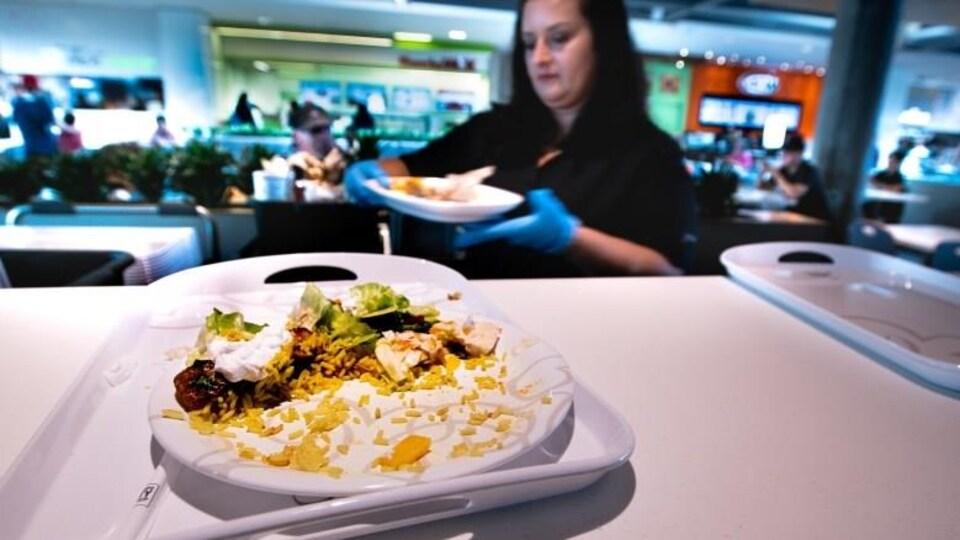 Au mail Yorkdale, de Toronto, on a réduit le gaspillage alimentaire grâce à l'utilisation de vaisselle et d'ustensiles réutilisables. On lave hebdomadairement 75 000 assiettes et 53 000 ustensiles.