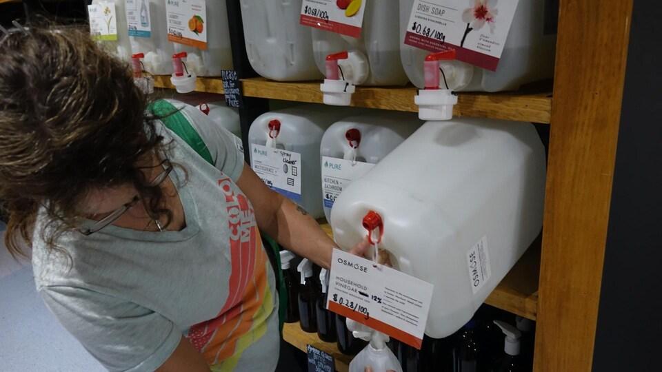 Une variété de produits alimentaires et nettoyants sont vendus au Refillery District.
