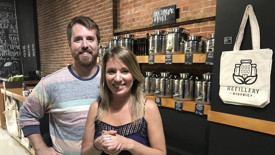 Tyler Knight et Allie Fry sont les propriétaires du Refillery District.