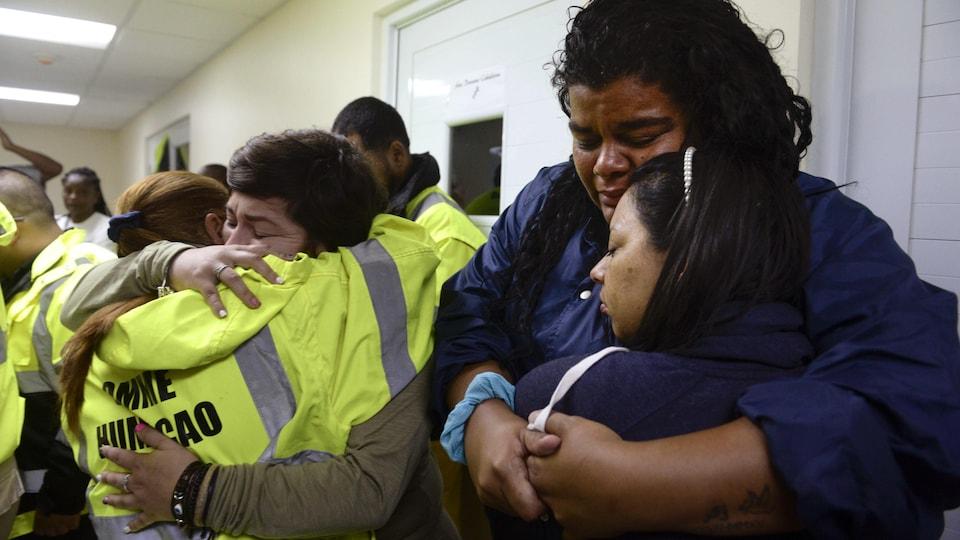 Des civils ont trouvé refuge dans un centre de secours de Porto Rico.