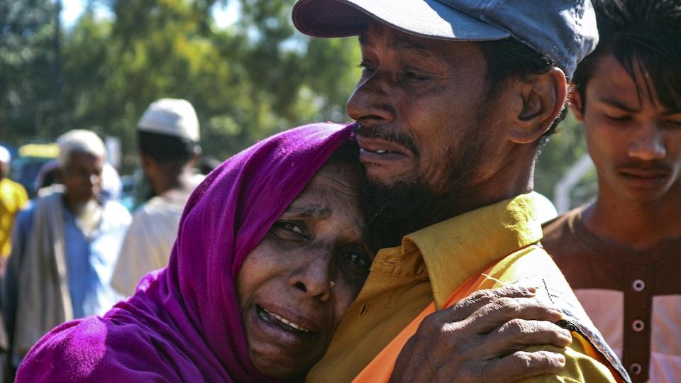 Une femme pleure dans les bras d'un homme.
