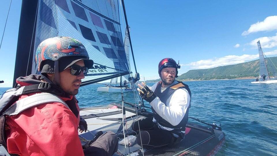 Deux matelots naviguent sur leur catamaran