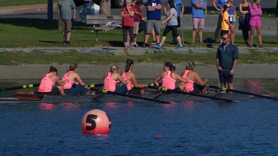Une équipe féminine d'aviron en place sur le lac.