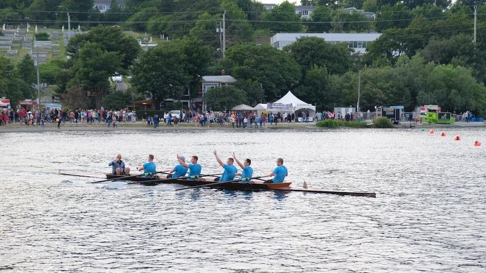 Une équipe d'aviron sur un lac.