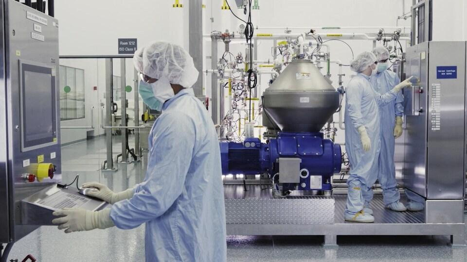 Des scientifiques de Regeneron Pharmaceuticals Inc. travaillent avec un bioréacteur dans un laboratoire.