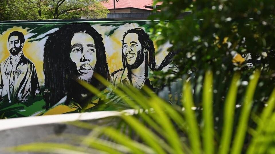 Une murale au milieu de la végétation