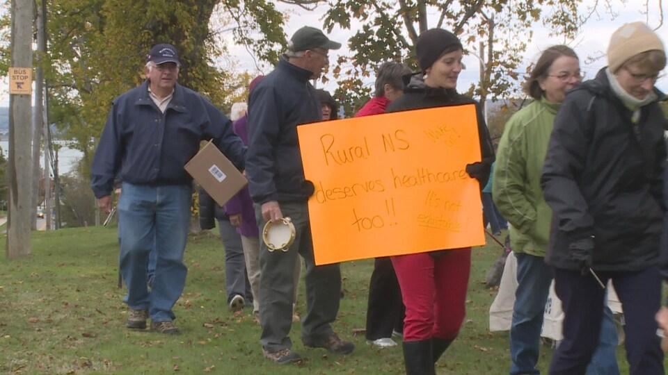 Plusieurs régions rurales de la Nouvelle-Écosse manifestent contre le manque de médecins.