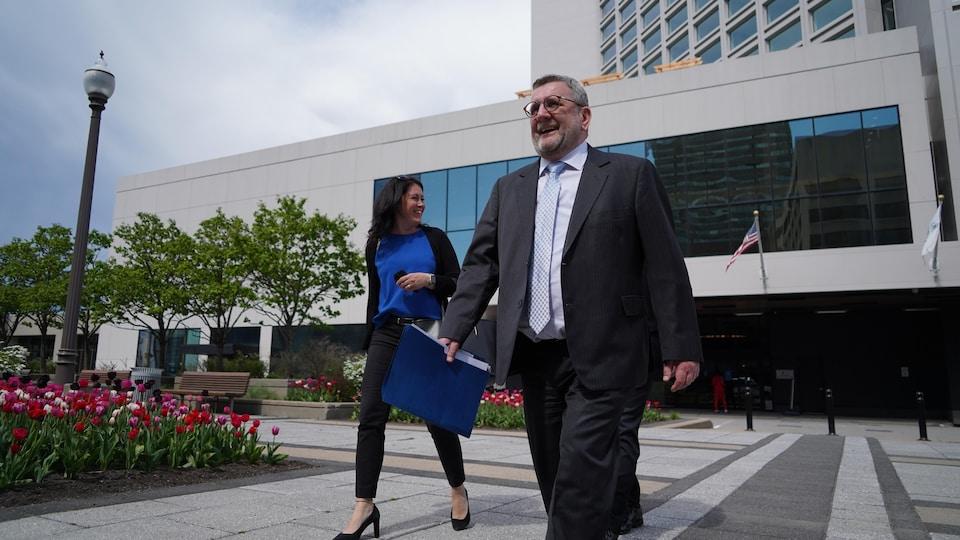 Le maire de Québec arrive à la conférence de presse sur le Réseau express de la Capitale.