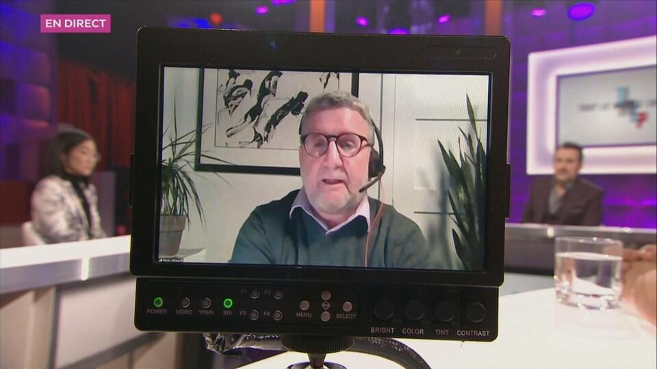 Régis Labeaume en avant plan dans un moniteur sur le plateau de l'émission Tout le monde en parle.