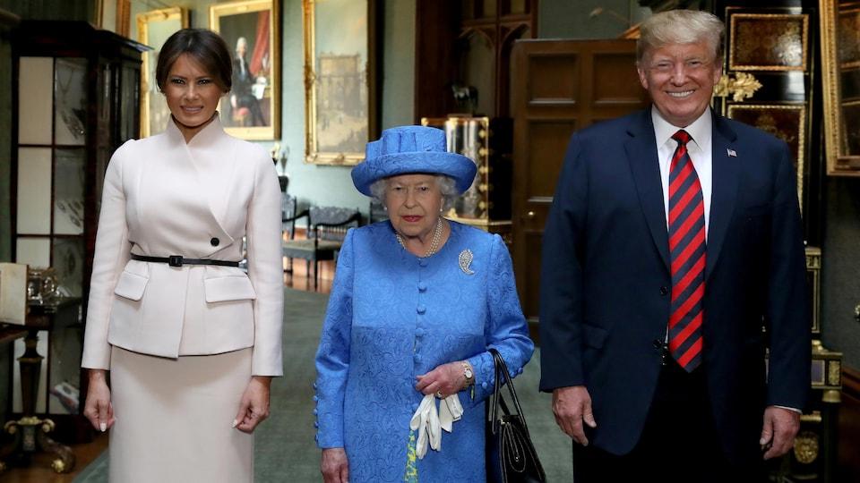 La reine Élisabeth II se tient aux côtés du président américain Donald Trump et de son épouse Melania lors de leur visite au château de Windsor, vendredi.