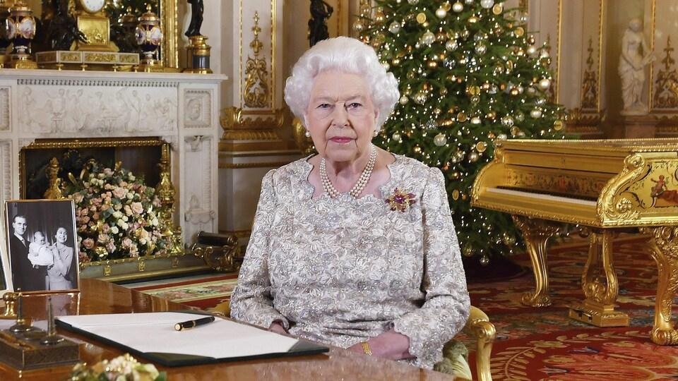 La reine Élisabeth II prend la pose après avoir enregistré ses vœux de Noël annuels à Buckingham Palace.